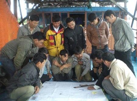 Lớp học đào tạo cho 35 ngư dân xã Đức Minh ngay trên tàu cá.