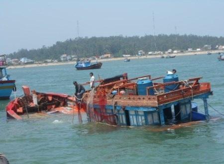 Tàu cá gặp nạn được lai dắt vào bờ an toàn.
