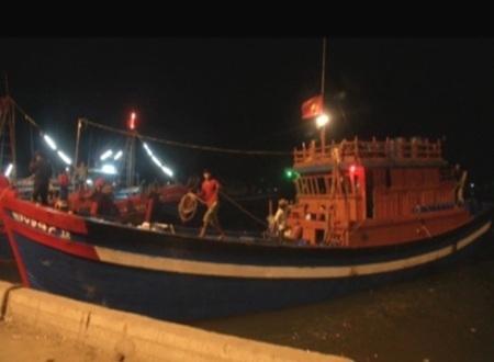 5 trong số 7 ngư dân Bình Định được ngư dân Quảng Ngãi đưa về cảnh Sa Kỳ vào rạng sáng hôm nay.