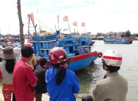 Người dân địa phương đón tàu cá đưa thi thể ngư dân Võ Duy Ánh về cập cảng Sa Kỳ.