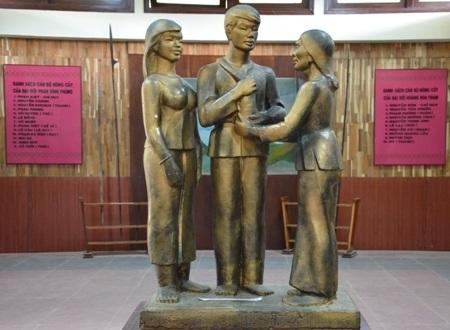 Bức tượng người mẹ tiễn con theo tiếng gọi của cách mạng và Đội du kích Ba Tơ.
