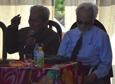 Cụ Phạm Đệ (bên trái) rơi lệ và xúc động kể lại câu chuyện oai hùng từ 70 năm trước.