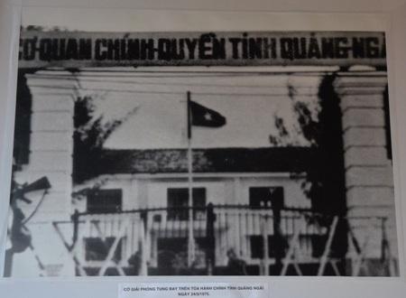 Lá cờ đỏ sao vàng tung bay vào ngày 24-3-1975 tại Cơ quan chính quyền tỉnh Quảng Ngãi.