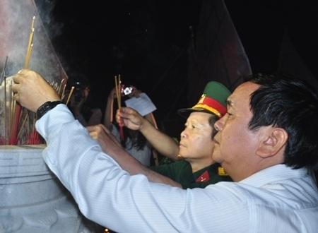 Lãnh đạo huyện Ba Tơ và Quân khu 5 dâng hương tại tượng đài nghĩa trang liệt sĩ.