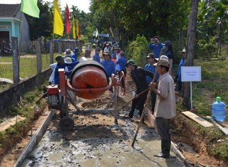 Thanh niên tham gia xây cầu tại xã Nghĩa Trung (huyện Tư Nghĩa).