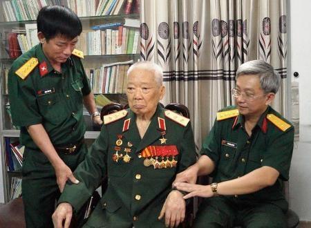 Lực lượng vũ trang Quảng Ngãi thăm cụ Nguyễn Đôn (giữa) tại Đà Nẵng.