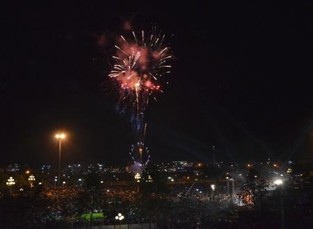 Nhân dân Ba Tơ vui mừng được chiêm ngưỡng màn pháo hoa vào tối nay (Ảnh minh họa).