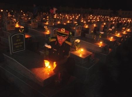 Thế hệ trẻ sưởi ấm các phần mộ các liệt sĩ với những ngọn nến tri ân.