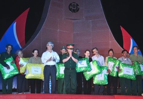 Trao quà cho 35 cá nhân chính sách và thương bệnh binh.