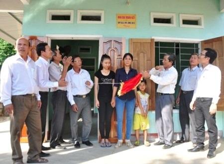 Lễ bàn giao nhà cho các hộ dân nghèo ở huyện Mộ Đức.