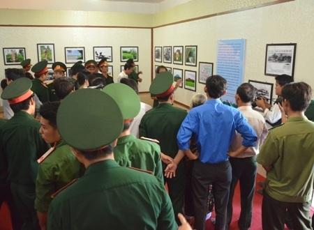 Đông đảo lực lượng vũ trang và đoàn viên thanh niên tham quan triển lãm.