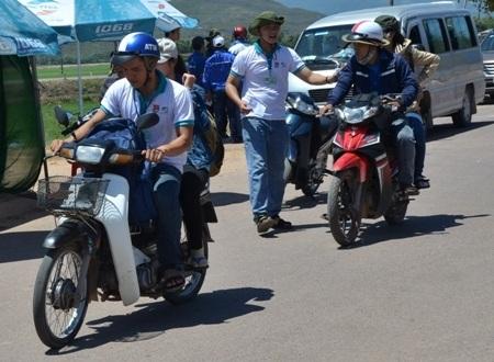 Các tình nguyện viên ở tỉnh Bình Định dùng xe máy đưa thí sinh và người nhà đến nơi ở miễn phí.