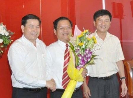 Hai Phó Bí thư chúc mừng tân Bí thư Tỉnh ủy Quảng Ngãi Lê Viết Chữ (giữa).