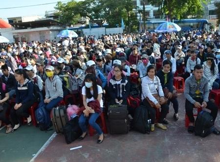 Hàng ngàn thí sinh ngồi chờ đến giờ đưa đi thi miễn phí.
