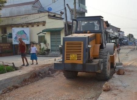 Loại xe lu lèn gây nứt nhà dân trong quá trình thi công trên Quốc lộ 1A.