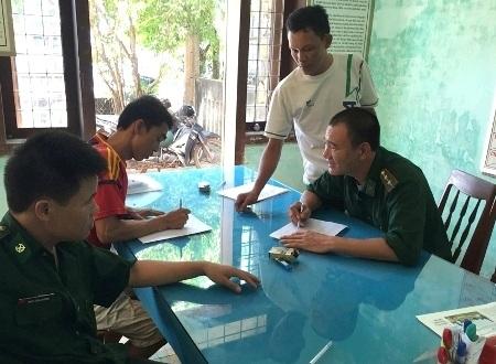 Lực lượng biên phòng lấy lời khai của các ngư dân trên tàu cá QNg 90657-TS.