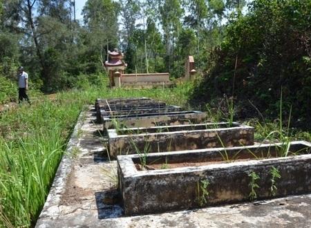 Mộ ông Mai Tuấn cùng 9 ngôi mộ cải táng khác đang có nguy cơ bị sạt lở bất kỳ lúc nào.