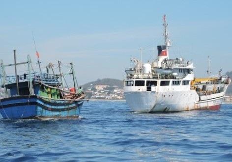 Tàu Hải quân lai dắt tàu cá Quảng Ngãi về cập đảo Lý Sơn.