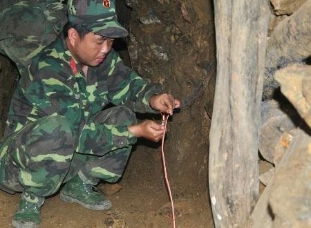 Lực lượng công binh đấu nối dây để giật thuốc nổ từ xa.