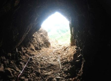 Thuốc nổ đặt trong hầm và nối dây ra ngoài miệng hầm, chuẩn bị cho nổ mìn đánh sập hầm vàng.