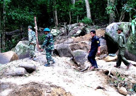 Lực lượng chức năng huyện Khánh Sơn vẫn chưa thể kiểm soát được khu vực đào bới tìm trầm.