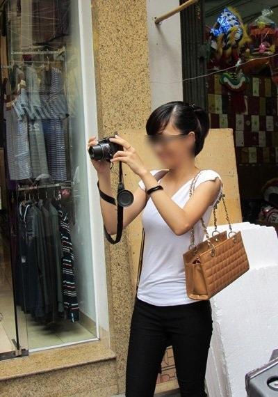 Việc chụp hình ở Hàng Mã những ngày cận trung thu trở nên rất khó khăn