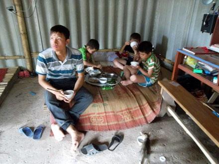 Những đứa trẻ thơ dại bên mâm cơn thiếu người cha.