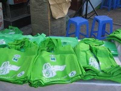 Sản phẩm túi thân thiện với môi trường được phát tới tay người dân