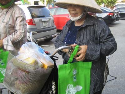 Người dân tới ủng hộ chương trình và nhận sản phẩm túi thân thiện với môi trường.