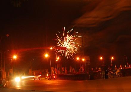 Pháo hoa nổ trái phép ở khu vực đầu cầu Phố Mới (phía ga Lào Cai ) hồi 22 giờ đêm 1 tết.