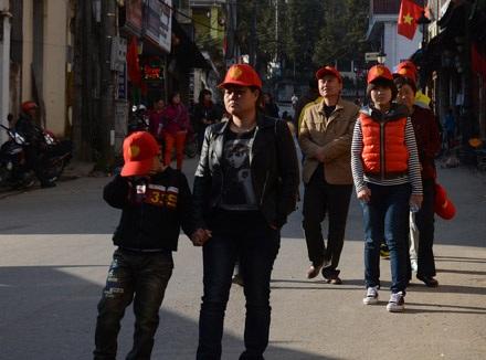 Những vị khách người Trung Quốc đi bộ trên những con phố của thị trấn Sa Pa