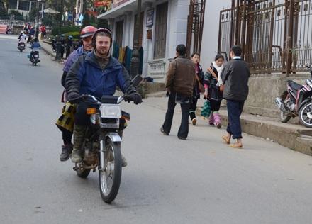 Du khách người Anh thuê xe máy đi dạo phố cổ Sa Pa