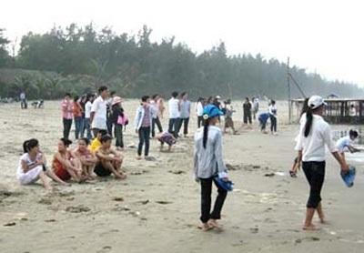 Người dân địa phương nỗ lực tìm kiếm thi thể học sinh Như Thảo tại bãi biển Khe Hai