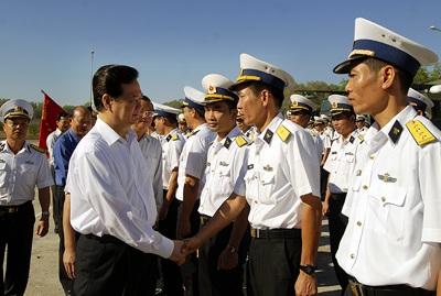 Thủ tướng thăm và chúc Tết cán bộ, chiến sĩ Đoàn 681 Hải quân