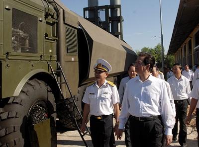 Thủ tướng tham quan tổ hợp tên lửa bờ Bastion tại Đoàn 681