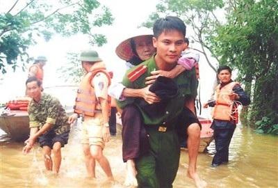Chiến sỹ CAND giúp dân trong mùa lũ lụt