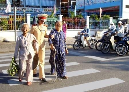 Chiến sĩ cảnh sát giao thông giúp người già qua đường