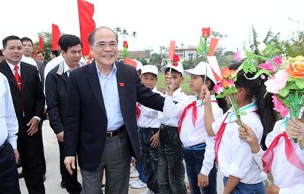 Chủ tịch Quốc hội Nguyễn Sinh Hùng dự ngày hội Đại đoàn kết toàn dân tộc