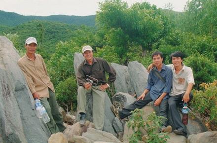 TS Bằng (giữa) cùng đoàn khảo sát tại Vũng Chùa - Đảo Yến