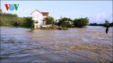 Lũ làm đường bị đứt ở An Nhơn (Ảnh: Võ Thái Bình)