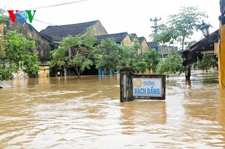 Phố cổ Hội An, nhiều nơi nước ngập xấp xỉ 3m