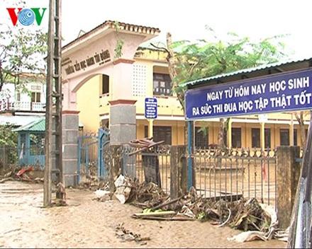 Trường tiểu học Hành Tín Đông, huyện Nghĩa Hành, tỉnh Quảng Ngãi vẫn còn ngổn ngang sau lũ.
