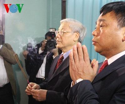 Tổng Bí thư dâng hương trước bàn thờ Bác