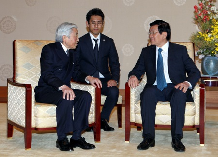 Chủ tịch nước Trương Tấn Sang (bên phải) yết kiến Nhật Hoàng Akihito. Ảnh: Nguyễn Khang - TTXVN