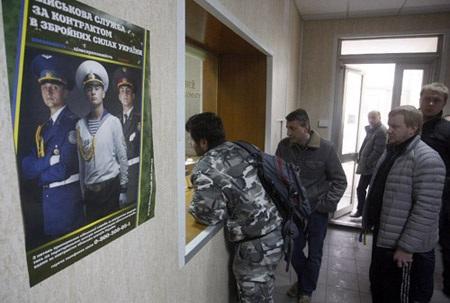 Thanh niên xếp hàng trước một văn phòng tuyển quân ở thủ đô Kiev.
