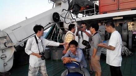 Những phóng viên đầu tiên có mặt tại vùng biển Hoàng Sa trên tàu DN926.