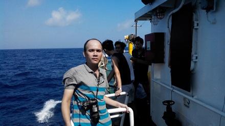 Phóng viên Báo Lao Động tác nghiệp trên tàu kiểm ngư 763.