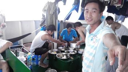 Một bữa cơm của các kiểm ngư viên trên tàu 763