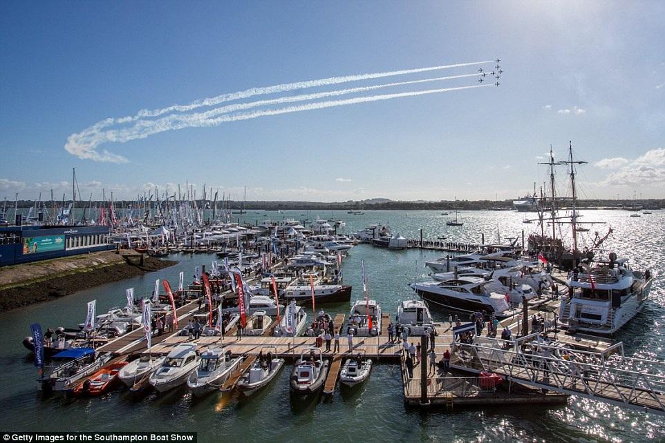 Đây là lần đầu tiên Mũi tên đỏ trình diễn tại thành phố cảng Southampton (Ảnh: Getty)