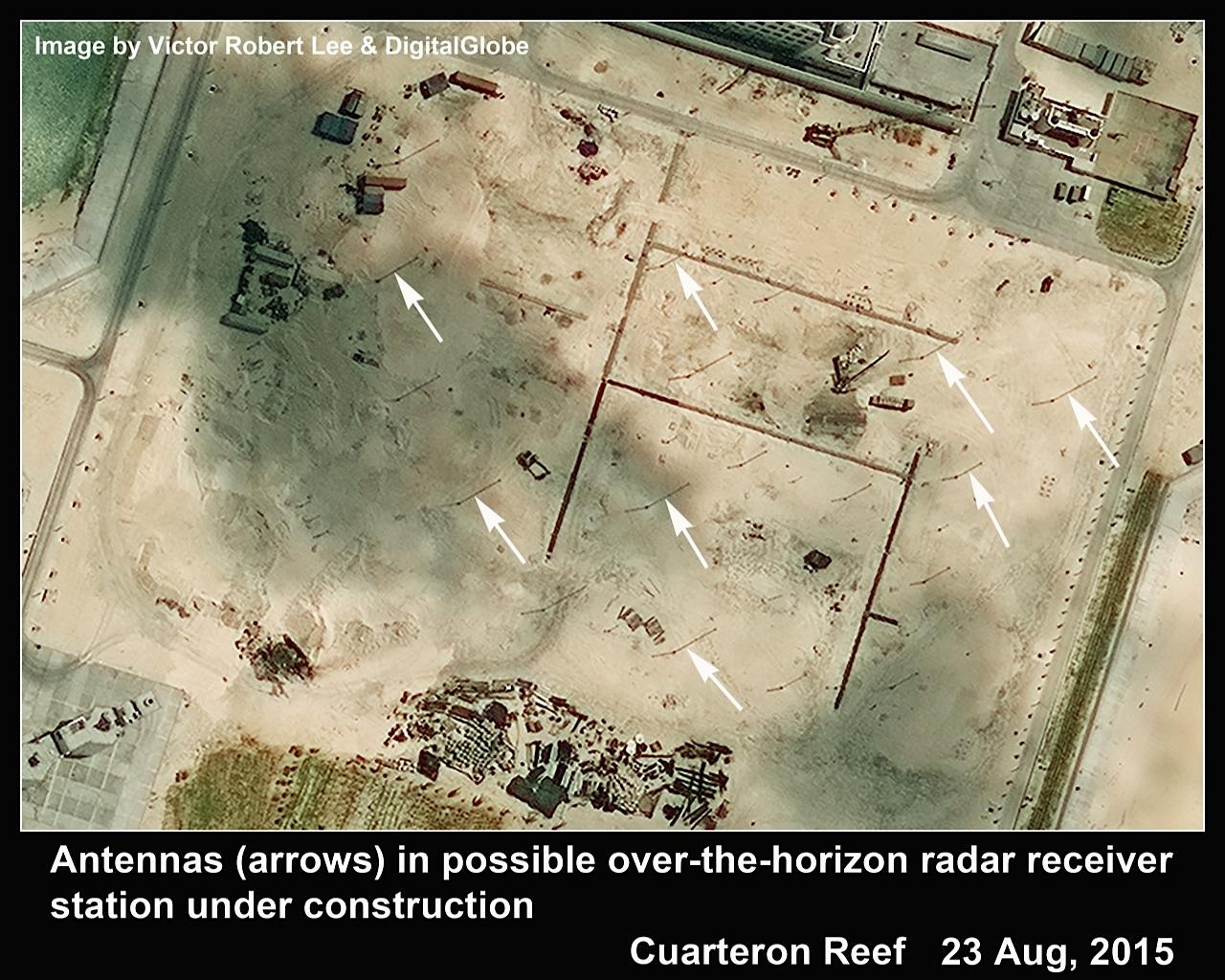 Các ăng ten (mũi tên trắng) được dựng lên trên khắp bãi đá Châu Viên (Ảnh: The Diplomat)